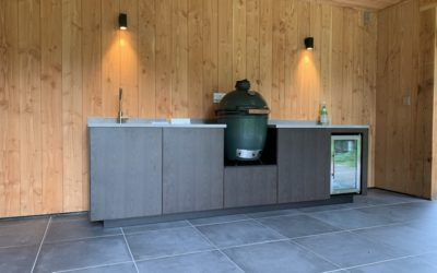 Strakke buitenkeuken met Big Green Egg in Amersfoort